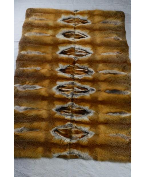 Fuchsdecke mit einem mosaikartig wirkenden Band aus Fuchspfoten und weissen Fellkehlen